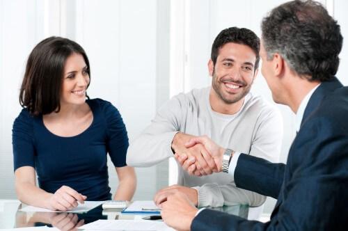 בעל ואישה מקבלים ייעוץ למשכנתא מיועץ של מתן משכנתאות
