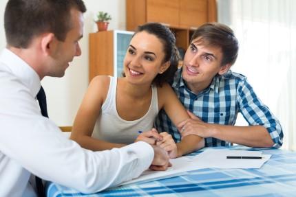 זוג מקבל ייעוץ למשכנתא חדשה